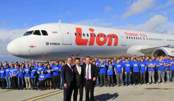 CEO Lion Air, Rusdi Kirana (tengah) disambut ratusan karyawan Airbus dengan latar model pesawat A320 Lion Air, di Blagnac International Airport, Toulouse, Prancis.
