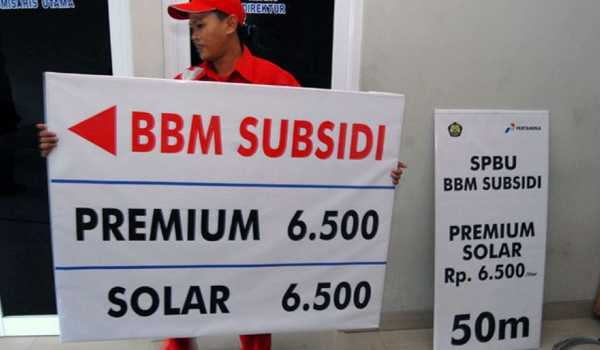 Petugas SPBU  menyiapkan alat peraga berisi harga BBM setelah dinaikkan