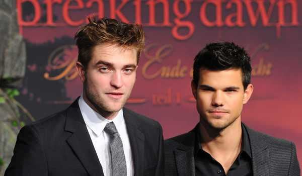 Dua aktor pemeran The Twilight Saga: Breaking Dawn - Part 1, Robert Pattinson (kiri) dan Taylor Lautner (kanan).