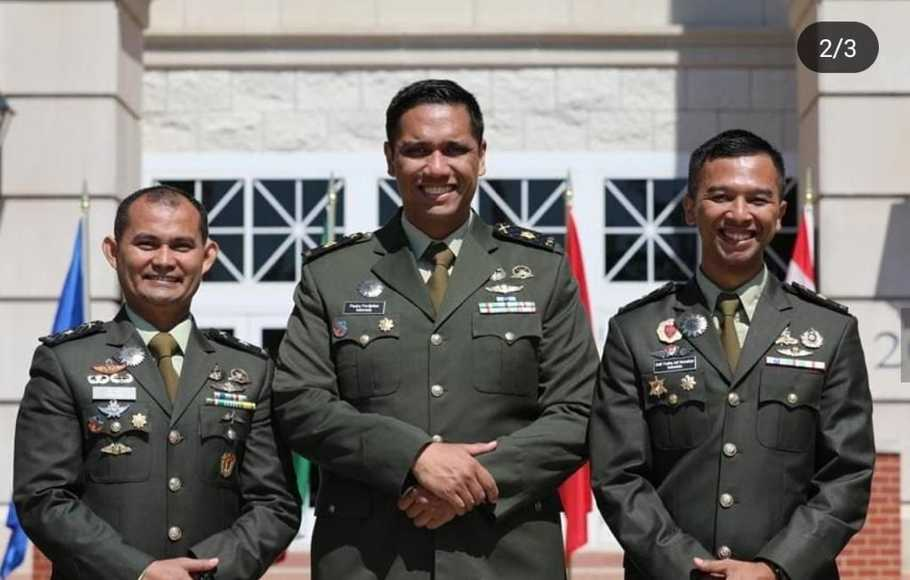 Tiga perwira Indonesia peserta US ARMY CGSC di Fort Leavenworth, Kansas, AS,  Mayor Inf  Alzaki (kiri), Mayor Inf Paulus Pandjaitan (tengah), dan  Mayor Inf Delly Yudha Nurcahyo.