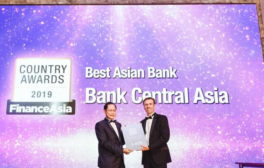 Presiden Direktur BCA Jahja Setiaatmadja (kiri) menerima penghargaan Best Asian Bank yang diserahkan oleh Group Commercial Director of FinanceAsia and Corporate Treasurer Keith Frith (kanan) dalam ajang FinanceAsia Country Awards for Achievement 2019 di Hong Kong.