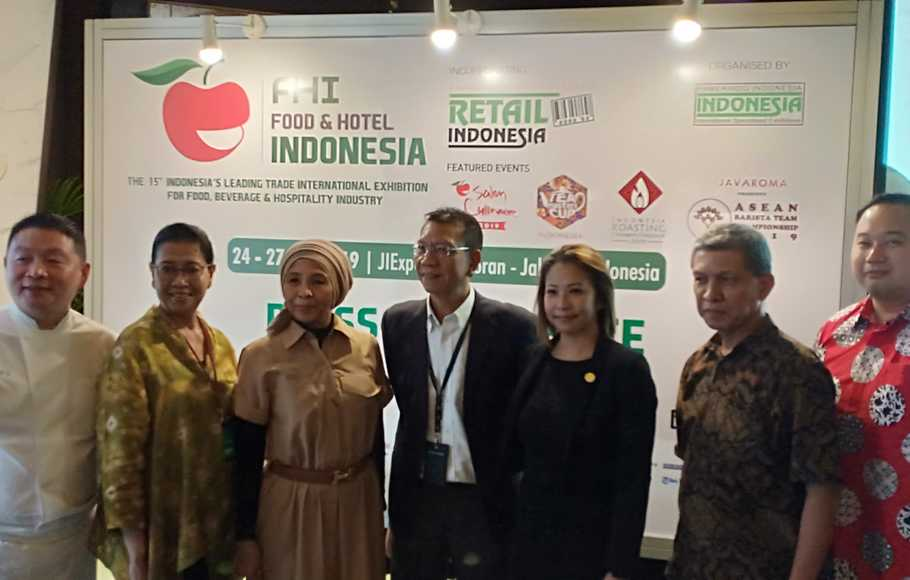 Kiri ke kanan: Chef Stefu - Chairman ACP Indonesia, Astied Julias - Event Director Food & Hotel Indonesia, Wiwiek Roberto - Sales Director Food & Hotel Indonesia, Ben Wong - Managing Director PT Pamerindo Indonesia, Anna Nadia - General Manager PT Duta Abadi Primantara, Syafrudin - Chairman SCAI,  Ronald Goenawan - Vice Chairman AISTEA, usai Konferensi pers Food & Hotel Indonesia (FHI) ke-15 di Jakarta, Rabu (10/7/2019).