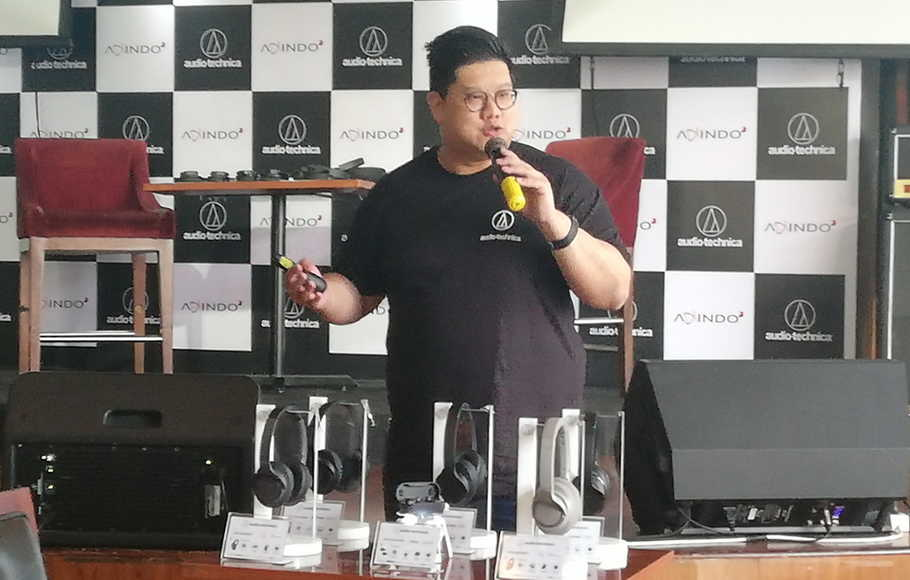 Sales & Marketing Manager Audio-Technica Teng Shaokai memaparkan sejumlah produk varian anyar headphone Bluetooth ver 5.0 di Hard Rock Cafe, Jakarta, Selasa (1/10/2019).