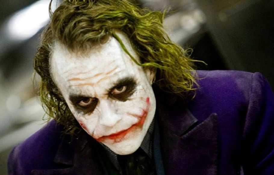 Heath Ledger memerankan Joker di film Batman, The Dark Night (2008).