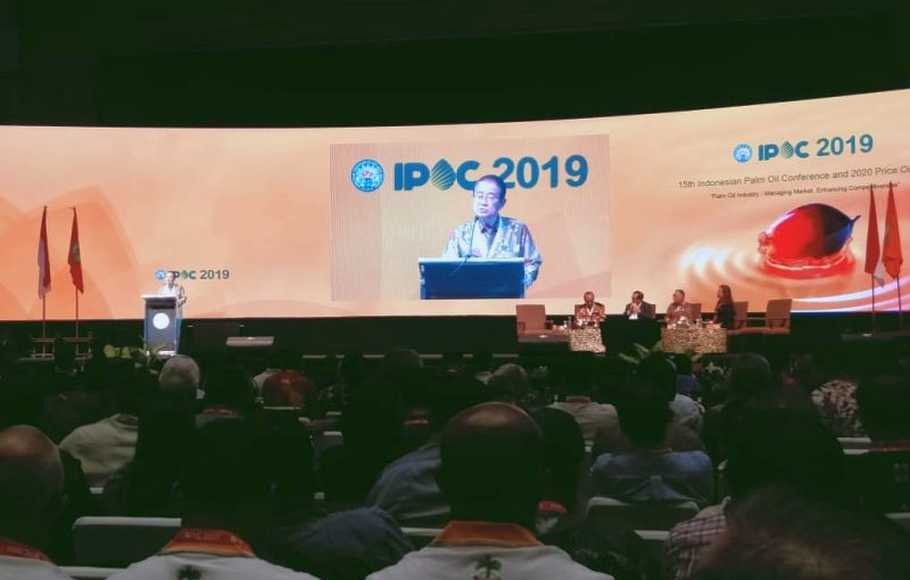 Ketua Harian Asosiasi Produsen Biofuel Indonesia (Aprobi) Paulus Tjakrawan saat menjadi pembicara di acara 15th Indonesian Palm Oil Conference (IPOC) 2019 and 2020 Price Outlook di Nusa Dua, Bali, Jumat (1/11). (Sumber: Investor Daily/Gora Kunjana)