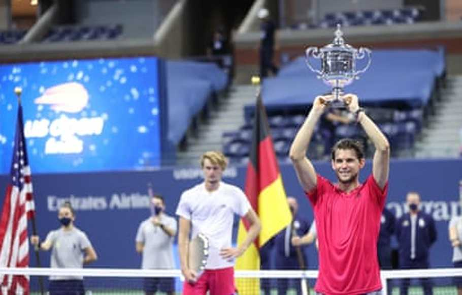 Petenis Dominic Thiem mengangkat trofi US Open 2020.