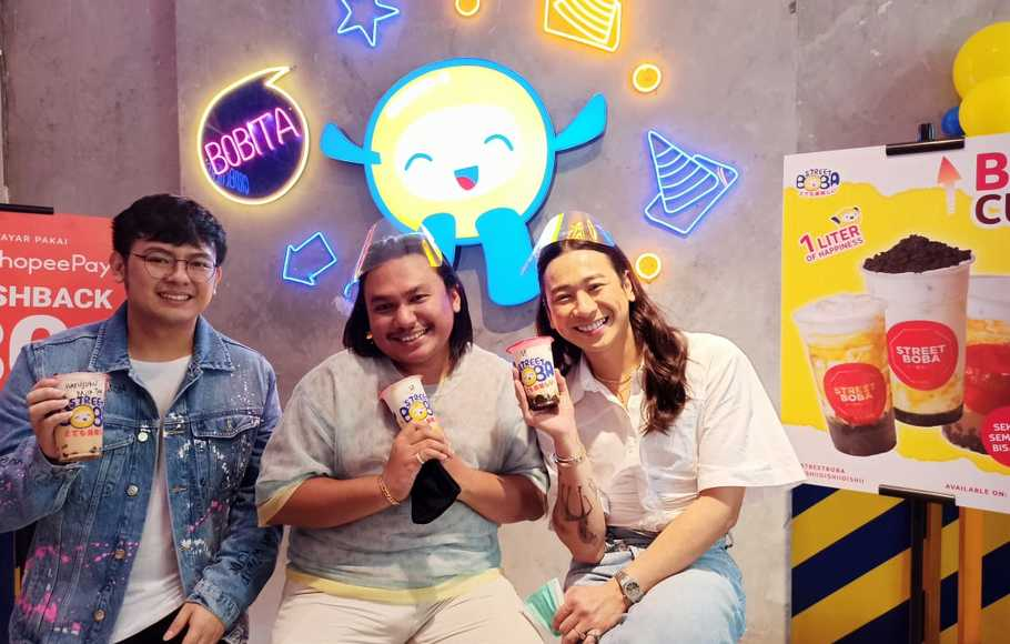 Selebgram kondang tanah air, Keanu Angelo (tengah) bersama beauty vlogger dan influencer Jovi Adhiguna (kiri), dan VP of Marketing Nikmat Group Deo Cardi (kanan).