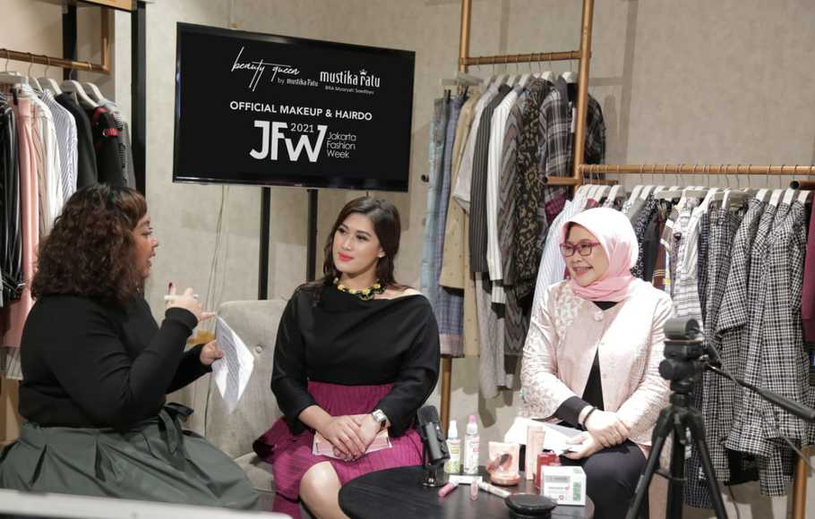 Direktur Business Development & Innovation PT. Mustika Ratu Tbk , Ibu Kusuma Ida Anjani dan  Direktur  Marketing   PT Mustika Ratu Tbk, Ibu Yuniastuti Kusuma Putri  hadir dalam Press Conference  Mustika Ratu sebagai Official Make Up dan Hairdo Partner JFW 2021, Kamis, 25 November 2020.