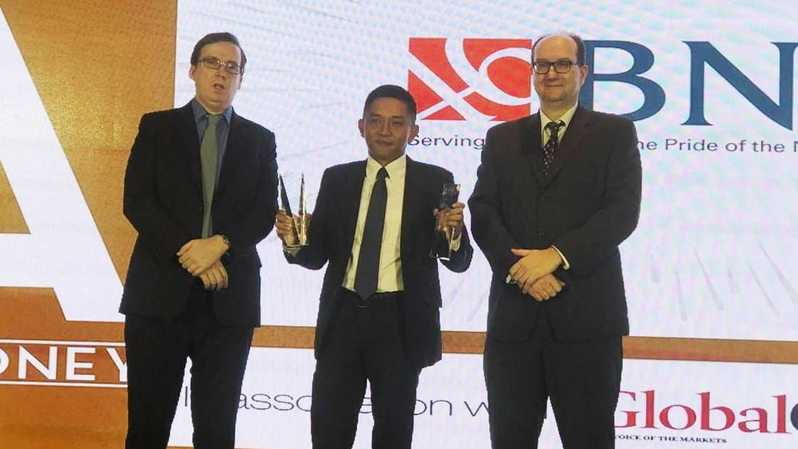(Ki-ka) Asia Head of Bureau Euromoney Matthew Thomas, Pemimpin Divisi Jasa Transaksional Perbankan BNI Teddy Wishadi, dan Chief Editor Asiamoney Clive Horwood pada Asiamoney Best Bank Awards 2019 di Hongkong, Senin (25 Maret 2019).