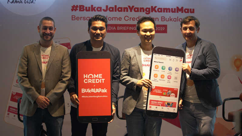 (kiri ke kanan) Chief Marketing and Strategy Officer Home Credit Miroslav Hlavac; Chief External Affairs Home Credit Andy Nahil Gultom; Director of Payment, Fintech and Virtual Products Bukalapak Victor Lesmana; serta Chief Digital Officer Home Credit Tomas Prosek berfoto bersama usai peresmian #BukaJalanYangKamuMau bersama Home Credit Indonesia dan Bukalapak di Jakarta, Selasa (23/7/2019). (ist)