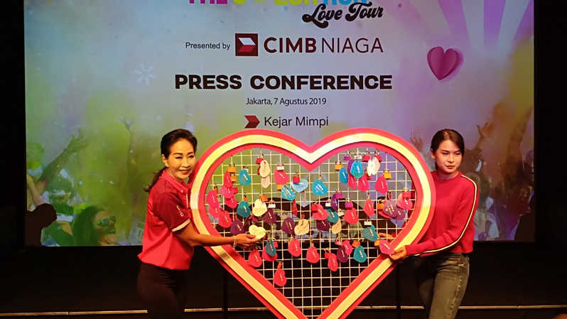 Direktur Compliance, Corporate Affairs, and Legal CIMB Niaga Fransiska Oei (kiri) berpose dengan Brand Ambassador CIMB Niaga Maudy Ayunda (kanan) di sela acara press conference The Color Run presented by CIMB Niaga di Jakarta, Rabu (7/8/2019). (Investor Daily/Indah Handayani)