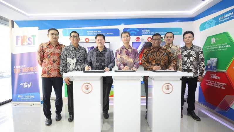 Foto (Ki-ka): Account Director ZTE Indonesia Zhuyang, NRO Director PT Link Net Tbk Agus Setiono, Presiden Direktur & CEO PT Link Net Tbk Marlo Budiman, Director & Chief Sales Officer ZTE Indonesia Steven Lee, Building Management Head PT Mahkota Sentosa Utama Agung Pratomo,  Procurement Head Edwin Kurniawan, dan Marketing Director ZTE Indonesia Shengfeng, setelah mengumumkan kerja sama
