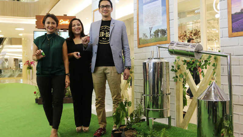 Head of Marketing Young Living Indonesia, Roslina Situmeang, Country Manager Young Living Indonesia Ksatrio Yudho Sampurna dan Training Manager Young Living Indonesia Lysa Evy Lenny jelang pameran Oilthentic Day di Fashion Atrium Pakuwon Mall di Surabaya, Jumat (20/9/2019). Foto:Amrozi Amenan