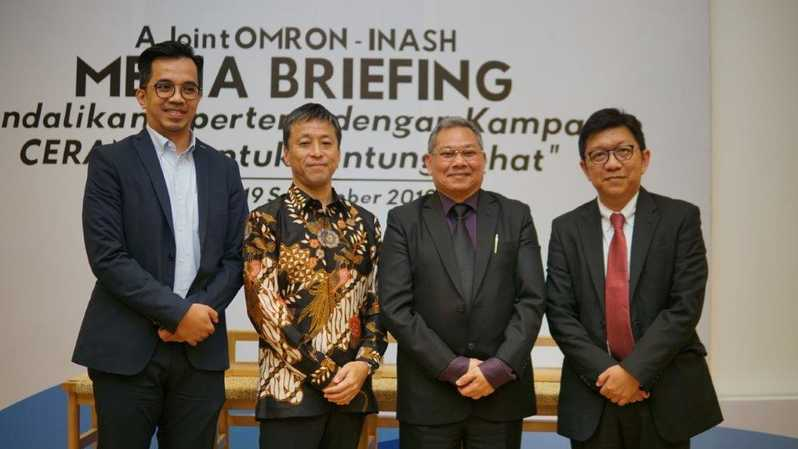 Hendriko Norman, Marketing Manager, PT OMRON Healthcare Indonesia; Yoshiaki Nishiyabu, Managing Director, PT. OMRON Healthcare Indonesia; dr. Tunggul D. Situmorang, Sp.PD-KGH; Ketua Umum InaSH; Dr. dr. Yuda Turana, Sp.S, Anggota Dewan Pembina dan Badan Pengawas InaSH
