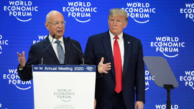 Presiden AS Donald Trump (kanan) bersama Founder & Executive Chairman World Economic Forum (WEF) Klaus Schwab. ( Foto: Fabrice COFFRINI / AFP )