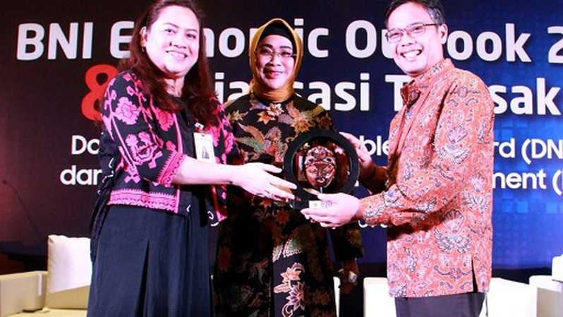 Direktur Pengembangan Pasar Bank Indonesia (BI) Yoga Affandi (kedua kanan), Direktur Hubungan Kelembagaan BNI Adi Sulistyowati (tengah), Chief Economist BNI Kiryanto (kiri), Pemimpin Divisi Tresuri BNI Legendariah (kanan) dan Head of Derivative & Structured Product Group Divisi Tresuri BNI Ikhwani Fauzana (kedus kiri) pada BNI Economic Outlook 2019 & Sosialisasi Transaksi Domestic Non Deliverable Forward (DNDF) dan Local Currencies Settlement (LCS) di Jakarta, Rabu (27 Februari 2019).
