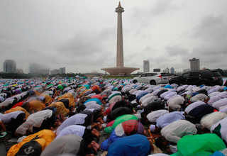 Muslims pray on the streets near the National Monument in Jakarta during a peaceful anti-Ahok rally on Friday (02/12). (Reuters Photo/Iqro Rinaldi)