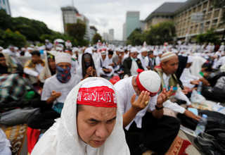 Indonesian Muslims gather at a rally calling for the arrest of Jakarta governor Basuki 'Ahok' Tjahaja Purnama, who is accused of insulting the Koran, along Jalan Thamrin in Jakarta on Friday (02/12). (Reuters Photo/Beawiharta)