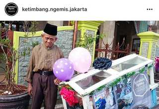 Ninety three-year-old Haerudin sells homemade bread in front of the Al-Mubarakkah Mosque in Pal Batu before heading to the Kota Kasablanka shopping mall to look for more customers. (Photo courtesy of Ketimbang Ngemis Jakarta)