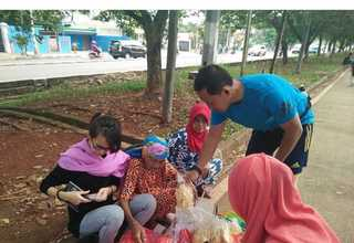 Netizens visiting Nenek Saidah in front of the BKT jogging track in East Jakarta to buy some of her emping crackers after seeing her profile on the Ketimbang Ngemis Instagram account. (Photo courtesy of Ketimbang Ngemis)