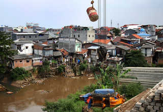 A photo showing the residences along Ciliwung riverbank at Kampung Pulo area in East Jakarta on Tuesday (03/01). The Jakarta provincial government and the central government will spend at least Rp 5 trillion ($371 million) on relocating 10,000 local residents who live along the riverbank. (Antara Photo/Reno Esnir)