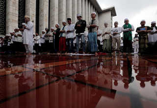 Men pray during a mass rally-cum-prayer in Jakarta, at the Istiqlal Mosque on Saturday (11/02). (Reuters Photo/Beawiharta)