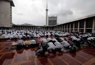 A prayer at the Istiqlal Mosque in Jakarta on Saturday (11/02) precedes a mass rally against the capital city's governor. (Reuters Photo/Beawiharta)
