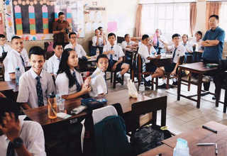 Lippo Group's chief executive James Riady paid a visit to Lentera Harapan School recently. (ID Photo)