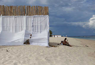 A privacy wall is erected along the beach next to the St Regis Hotel ahead of Saudi Arabia's King Salman's visit to Nusa Dua, Bali, Indonesia March 2, 2017. (Reuters Photo/Nyimas Laula)
