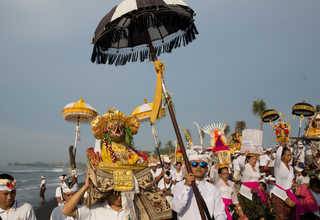 A procession of Balinese Hindus walked along a beach during Melasti, a purification ceremony ahead of the holy day of Nyepi, in Gianyar, Bali, Indonesia on Saturday (25/03). (Reuters Photo/Agung Parameswara)