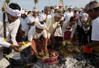 Balinese Hindu placed offerings into the ocean during Melasti, a purification ceremony ahead of the holy day of Nyepi, in Gianyar, Bali, Indonesia on Saturday (25/03). (Reuters Photo/Agung Parameswara)