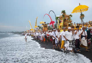 A procession of Balinese Hindus walked along a beach during Melasti, a purification ceremony ahead of the holy day of Nyepi, in Gianyar, Bali, Indonesia on Saturday (25/03). (Reuters PhotoAgung Parameswara)