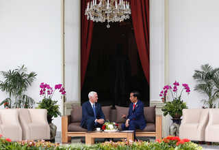 US Vice President Mike Pence chats with President Joko 'Jokowi' Widodo at the Presidential Palace in Central Jakarta on Thursday (20/04). (Reuters Photo/Darren Whiteside)
