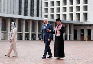 Vice President Pence, accompanied by his wife Karen, left, talks with chief imam Nasaruddin Umar during his visit to the Istiqlal Mosque on Thursday. (Reuters Photo/Beawiharta)