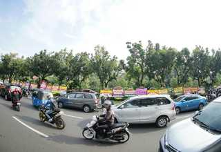 Motorists pass hundreds of flower boards sent by Ahok's supporters outside Jakarta City Hall on Tuesday (25/04). (Photo posted on Indonesian social media)