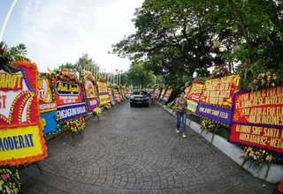 Flower boards line the entrance of Jakarta City Hall on Tuesday (25/04). (Photo posted on Indonesian social media)