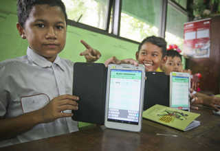 Student shows his digital bank account during Digital Financial Literacy for Children class on Tuesday (04/04). (JG Photo/Yudha Baskoro)