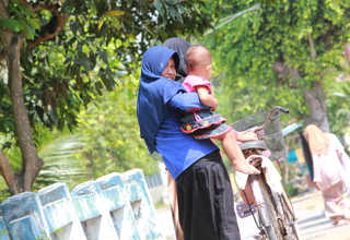 A young woman minds her daughter in Menoro, a village in Rembang, Central Java, on April 19, 2017. (JG Photo/Yudhi Sukma Wijaya)