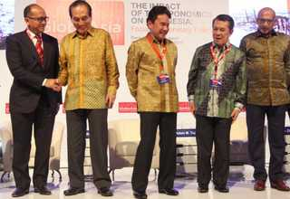 From left to right, the Indonesian Chambers of Commerce and Industry (Kadin) chairman Rosan P. Roeslani, Lippo Group President Theo L. Samuaga, Bank Indonesia Senior Deputy Governor Mirza Adityaswara, BeritaSatu Media Holding Chief Executive Sinyo Harry Sarundajang and GlobeAsia Editor-in-Chief Shoeb Kagda Zainuddin at the GlobeAsia Business Summit 2017 on April 6, celebrating the magazine's 10th anniversary. (GA Photo/Defrizal)