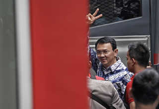 Ahok arrives at Cipinang Prison in East Jakarta on Tuesday (09/05). (Antara Photo/Ubaidillah)