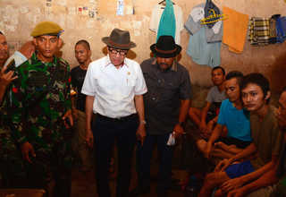 Justice Minister Yasonna Laoly, center, speaking with inmates at the troubled Sialang Bungkuk Prison on Sunday. (Antara Photo/Priyatno)