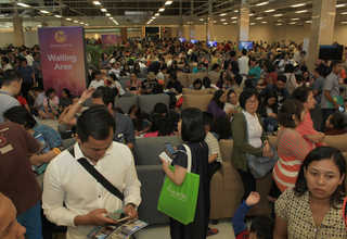 Thousands of potential buyers are seen at Meikarta's sales office in Maxx Box at Lippo's Orange County. (ID Photo/Emral)