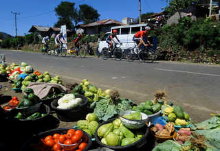 Traditional markets dot the roads between Ende and Maumere. (SP Photo/Joanito De Saojoao)