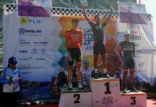 Indonesian rider Imam Arifin, center, won the second stage of Tour de Flores 2017. New Zealander Nick Miller of Australia's Futuro Pro Cycling was in second and Filipino Marcelo Felipe of the Philippines' 7-Eleven Cycling was in third. (SP Photo/Joanito De Saojoao)