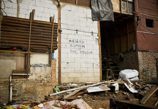 'Dogs are demolishing my house,' a graffiti says in an abandoned house in Bukit Duri. (JG Photo/Yudha Baskoro)