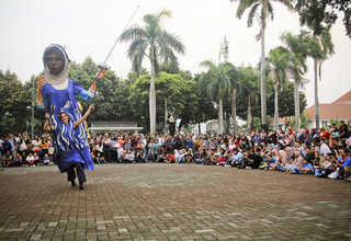 Flora shows her fencing skills on Fatahillah Square in Jakarta's Old Town, on Thursday (13/07). (JG Photo/Yudha Baskoro)