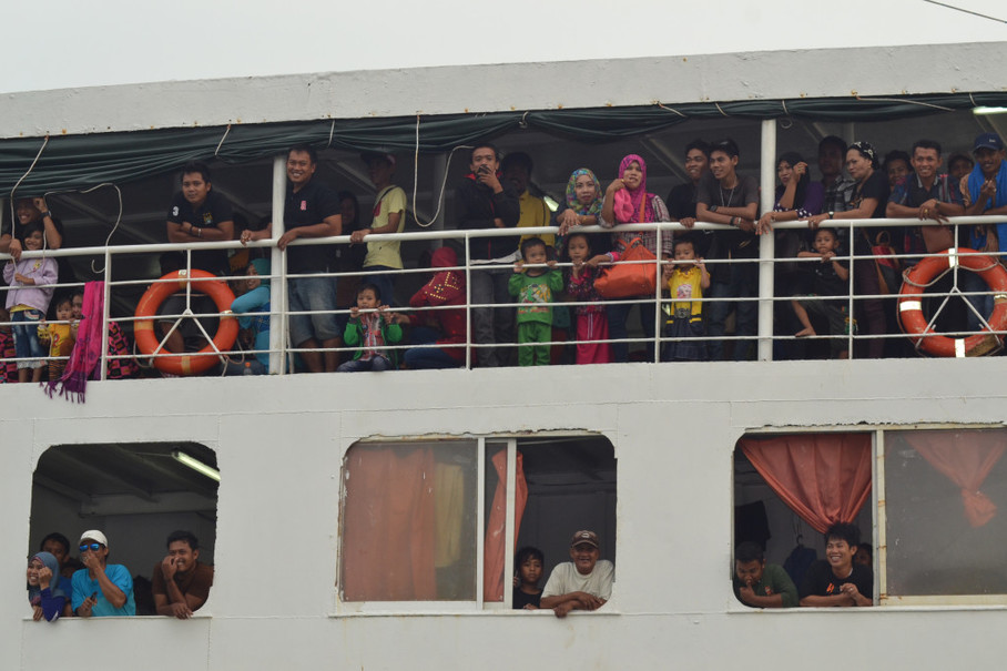 Migrant workers heading to palm plantations in Malaysia pass through the Nunukan port. (Antara Photo/M Rusman)