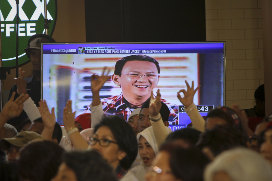 A big crowd turns up to a live public screening of the second Jakarta gubernatorial election debate at Lippo Mall Kemang in South Jakarta on Jan. 27. (JG Photo/Yudha Baskoro)