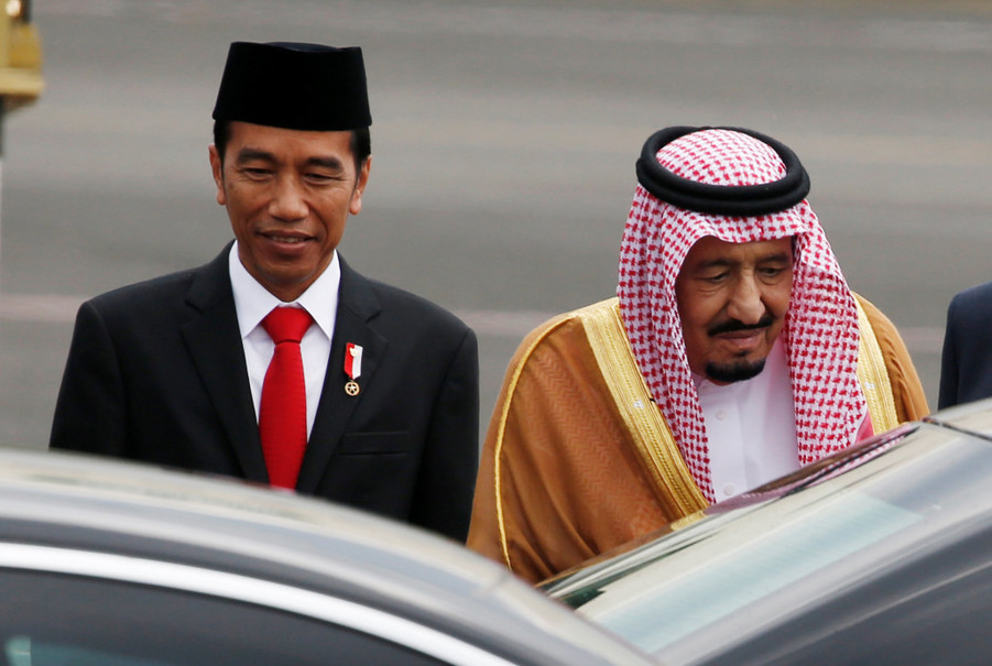 Saudi Arabia's King Salman walks with Indonesia President Joko 'Jokowi' Widodo as he arrives at Halim Perdanakusuma Airport in Jakarta, on March 1. (Reuters Photo/Beawiharta)