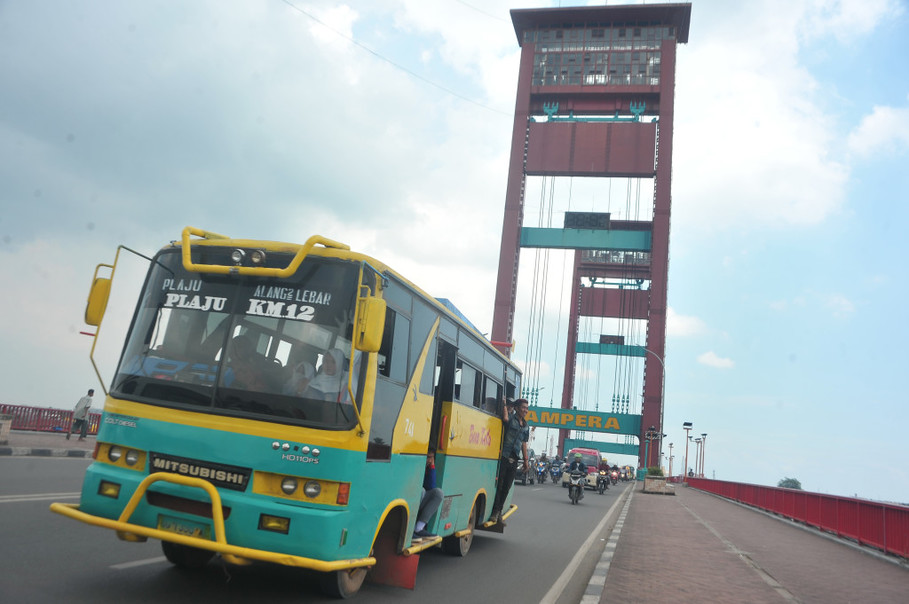 A bus passes the Ampera Bridge in Palembang, South Sumatra. (Antara Photo/Feny Selly)